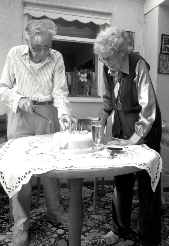 Daphne and Ray cutting cake