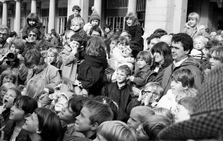 Punch and Judy crowd 10.83 1