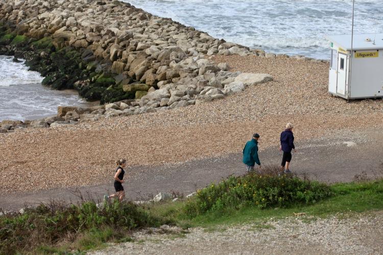 Jogger, walkers, Ligeguard hut