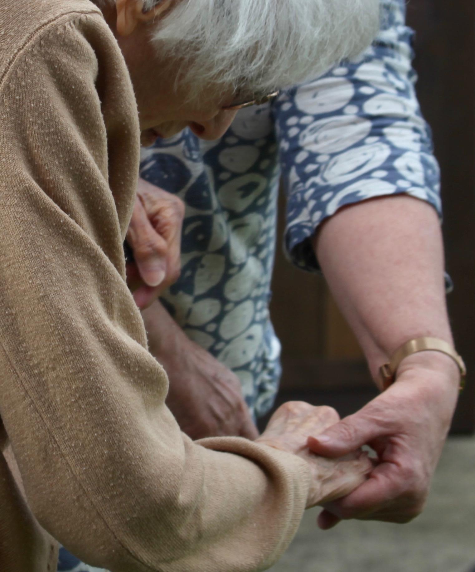 Elizabeth helping Mum – hands crop